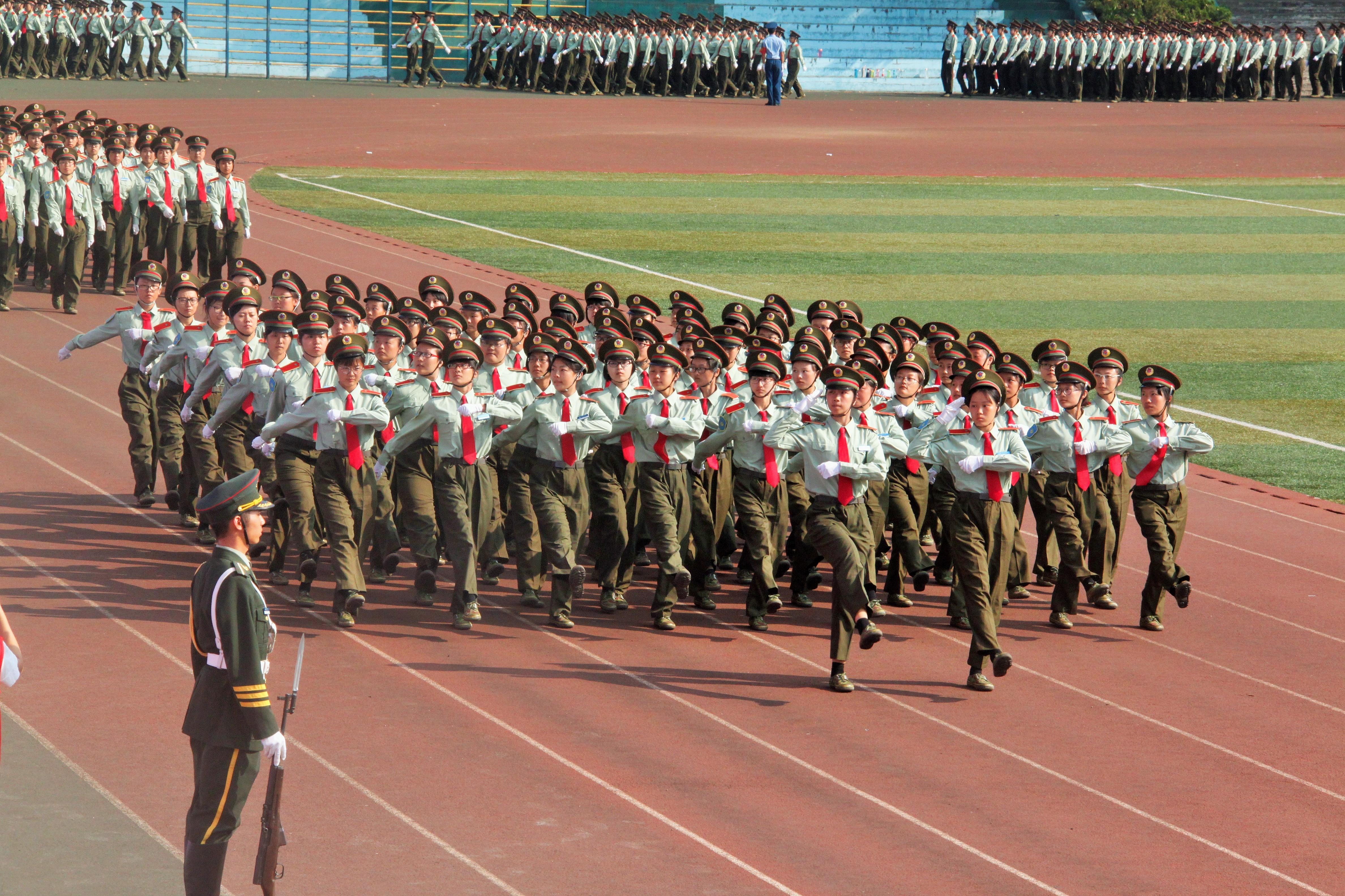 大会第二项为分列式表演。各学院方队按照营连顺序,依次通过主席台。隶属3营18连的城环学院新生,由150名女生组成两个方队。她们全体身着军训正装,头戴军帽,在标兵的带领下,踏着音乐的节奏,齐步走到主席台前,随后标兵一声令下,成员们迅速将齐步走变为正步走,只见全体成员英姿飒爽,步伐整齐,目光坚定,展现了巾帼不让须眉的精神,展现了属于城环学子的精神风貌!